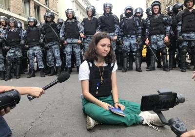 """Olga Misik, la 17enne che leggeva la Costituzione in Russia, condannata a 2 anni e 2 mesi di """"restrizioni della libertà"""""""
