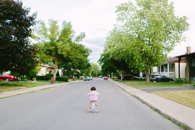 kleine meid op de fiets