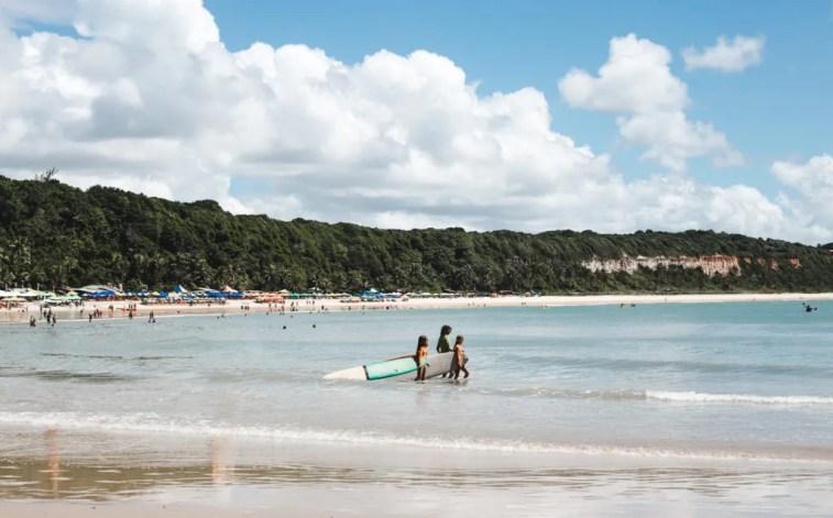 Learn to surf pipa brazil praia do madeiro