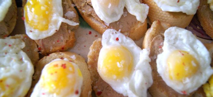 Montadito de foie con huevo de codorniz