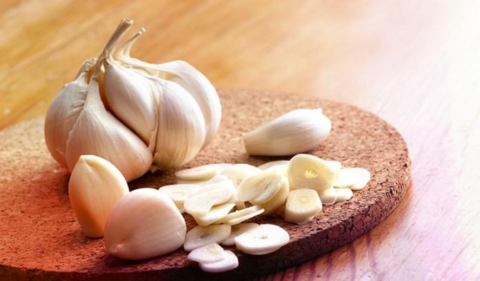 Consume raw garlic for a healthy gut