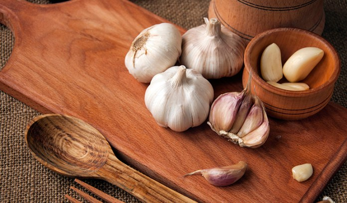 Rinse Your Scalp With Garlic Tea To Unclog Pores And Ease Scalp Acne Symptoms