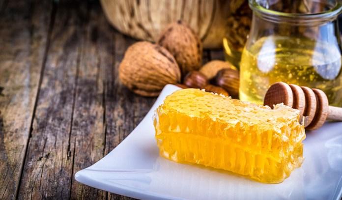 Honey helps maintain moisture in skin