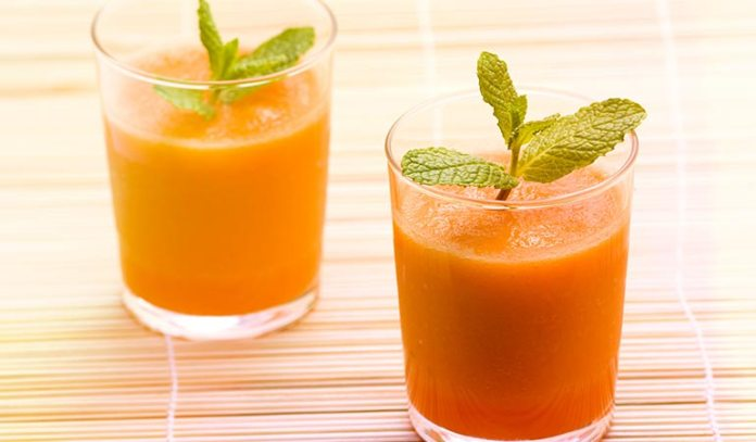 Packed with nutrients, mixed vegetable and fruit juice helps in detoxification well.)