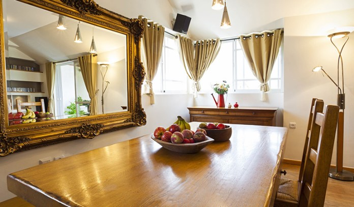 Mirror in the dining room can promote wealth and prosperity