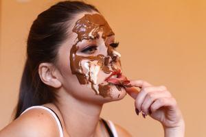 チョコレートまみれの女性