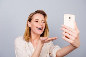 空き時間に配信する女性画像
