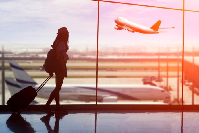 空港で飛行機に乗る前の女性