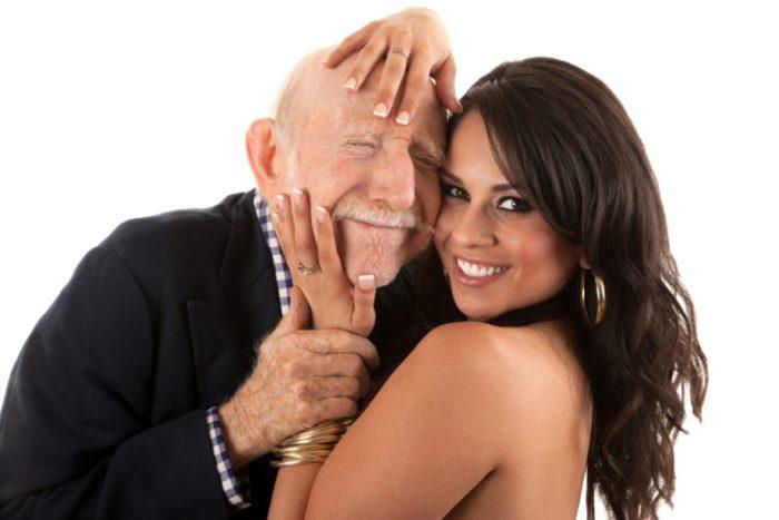 老人と若い女性