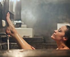 入浴してる女性