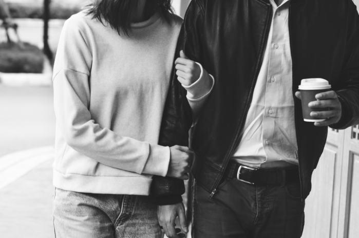 腕組みするカップル画像