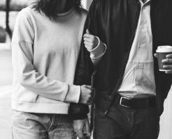 腕組みするカップル