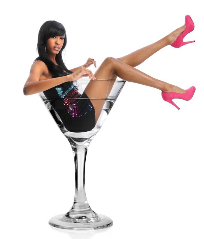 グラスに入る女性