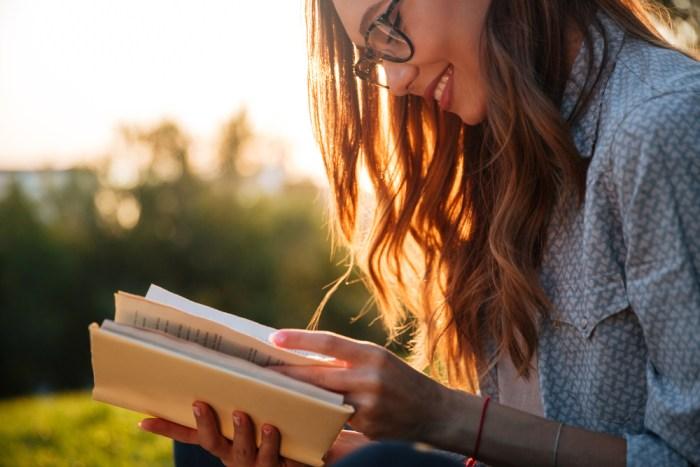 読書する女性画像