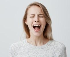 絶叫する女性