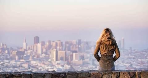 景色を眺める女性
