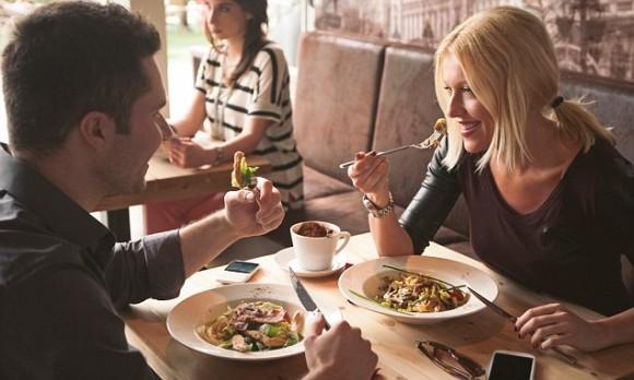 女性と男性が食事をしている画像