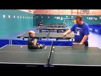 Bebé jugando a ping pong