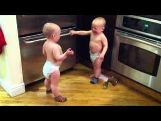 Bebés hablando entre ellos