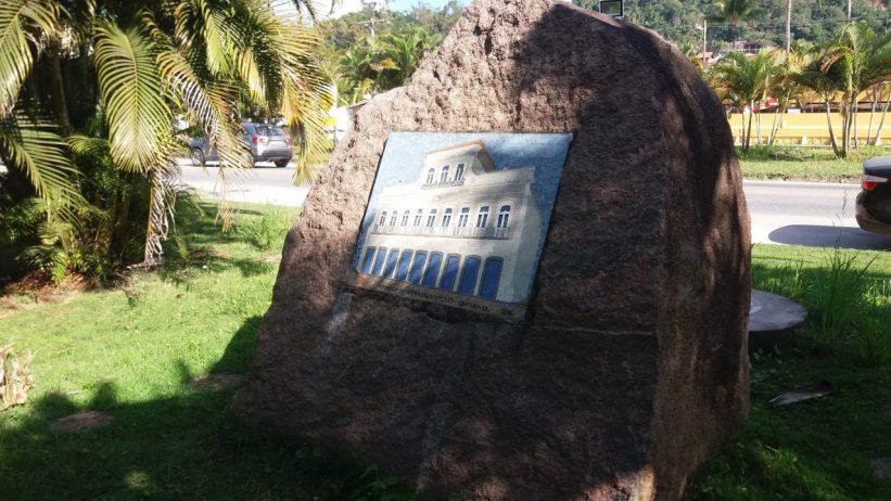 Pedra na Praia das Toninhas - Casarão em Mosaico