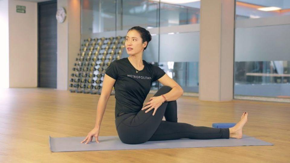 Postura de torsión en yoga