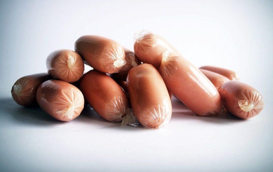 Las salchichas crudas contienen bacterias