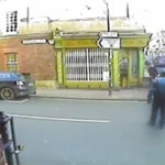VÍDEO IMPACTANTE: Un coche que circulaba en sentido contrario atropella a un hombre a toda velocidad