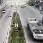La rueda de la muerte: un neumático caído de un camión derriba a un motorista