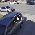Un automóvil pierde el control y se estrellla hacia dos autos