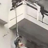 Una anciana descuelga a su nieto desde un quinto piso para que rescate a su gato