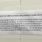 """Insólito cartel en baño de hospital: """"Al que orina fuera…"""""""