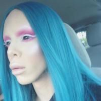 Se sometió a 110 cirugías para convertirse en un alíen asexuado