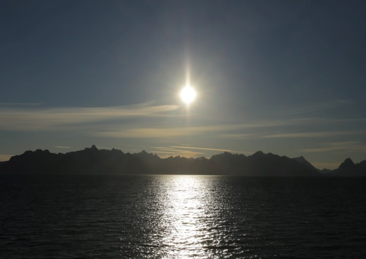 If the sun is low above the horizon, the effect of light scattering becomes noticeable: the sun first takes on a faint, then increasingly strong yellow tone.  At the same time, its light is weakened so that you can take a quick look.