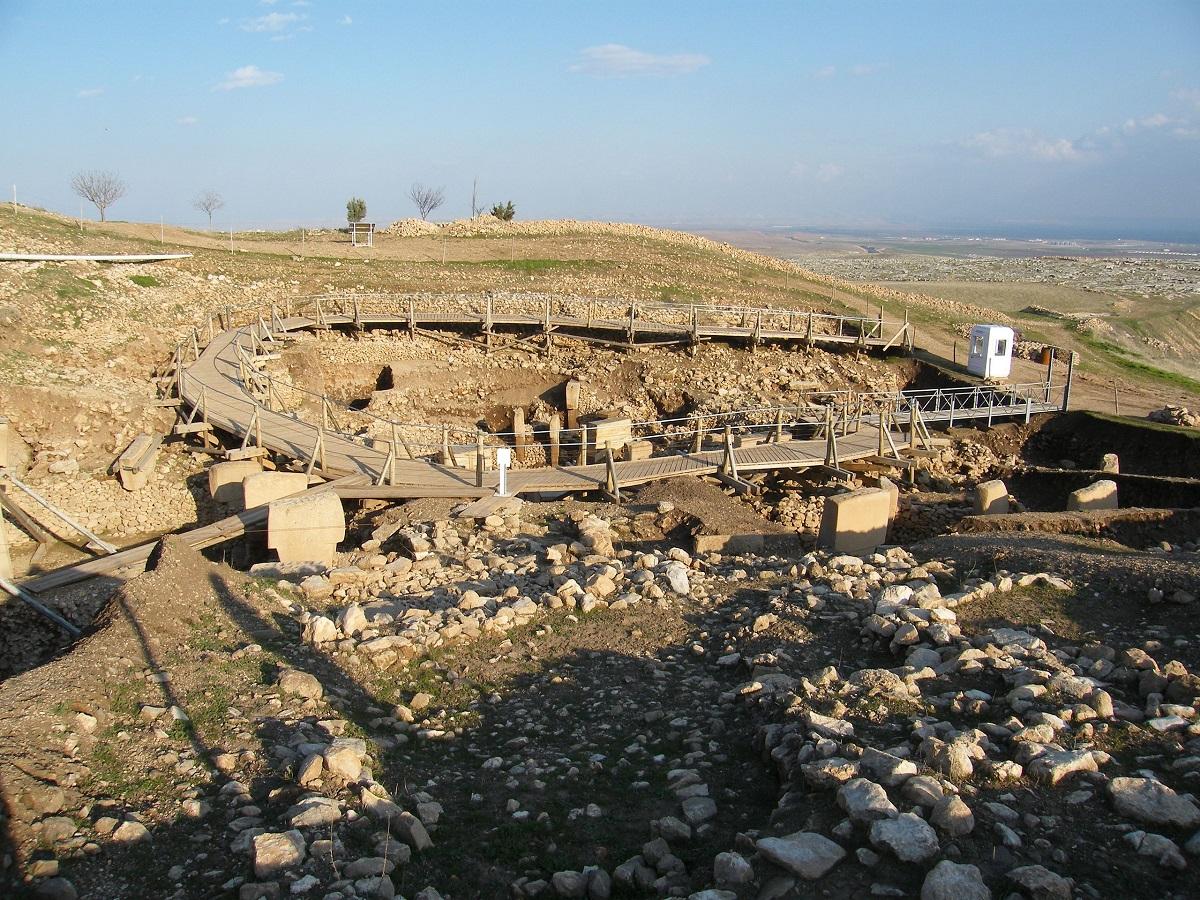 Um dos muitos círculos onde enormes pilares em forma de T foram encontrados.  Crédito de imagem: Wikimedia Commons.