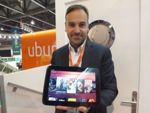 Mark Shuttleworth sosteniendo una tableta con Ubuntu