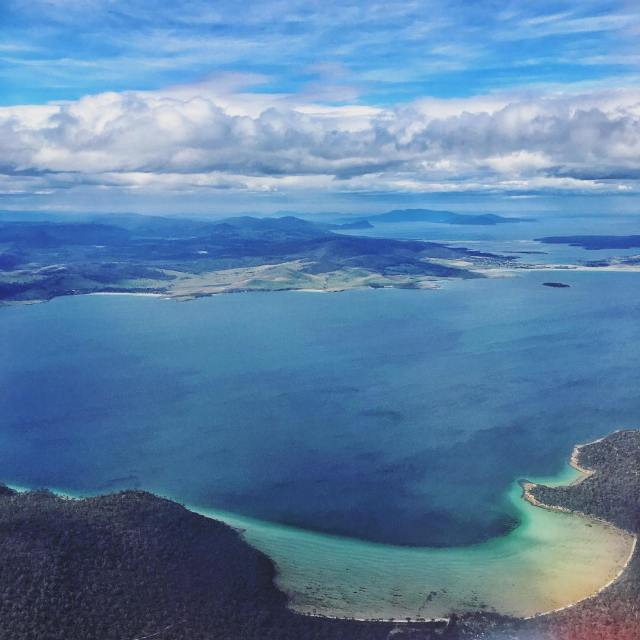 Flying into Hobart on this pretty blue skied day blueskieshellip