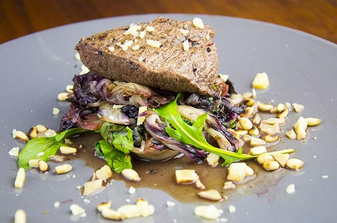 Biefstuk met raddichi en pijnboompitten