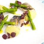 Zeebaars met avocadocreme en groene asperges