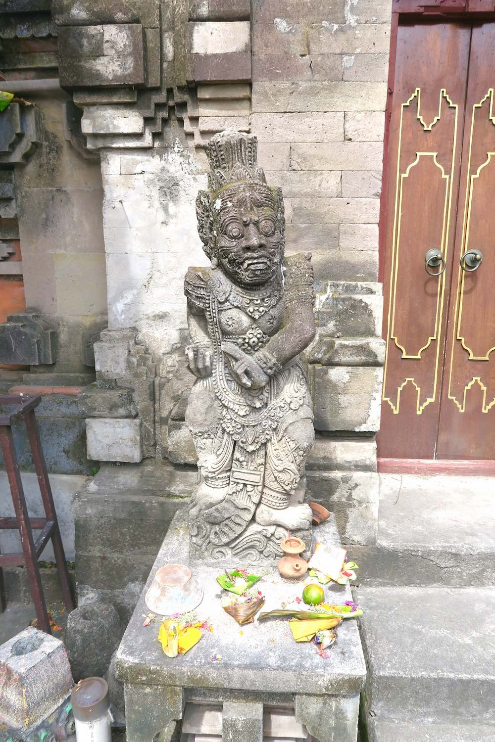 Balinese statue with small offerings in Canggu |curlytraveller.com
