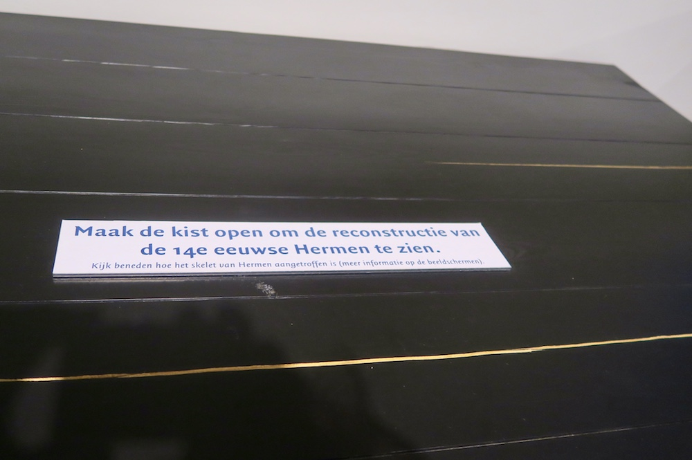 Hermen is inside this box in Waanders in de Broeren |curlytraveller.com
