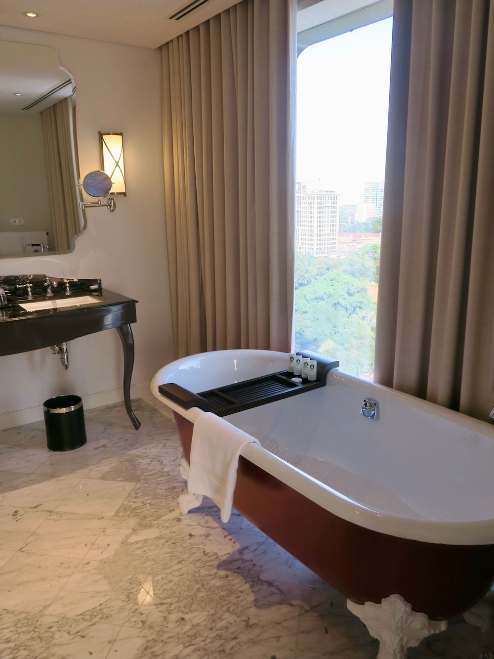 Claw-footed bath in hotel room |curlytraveller.com