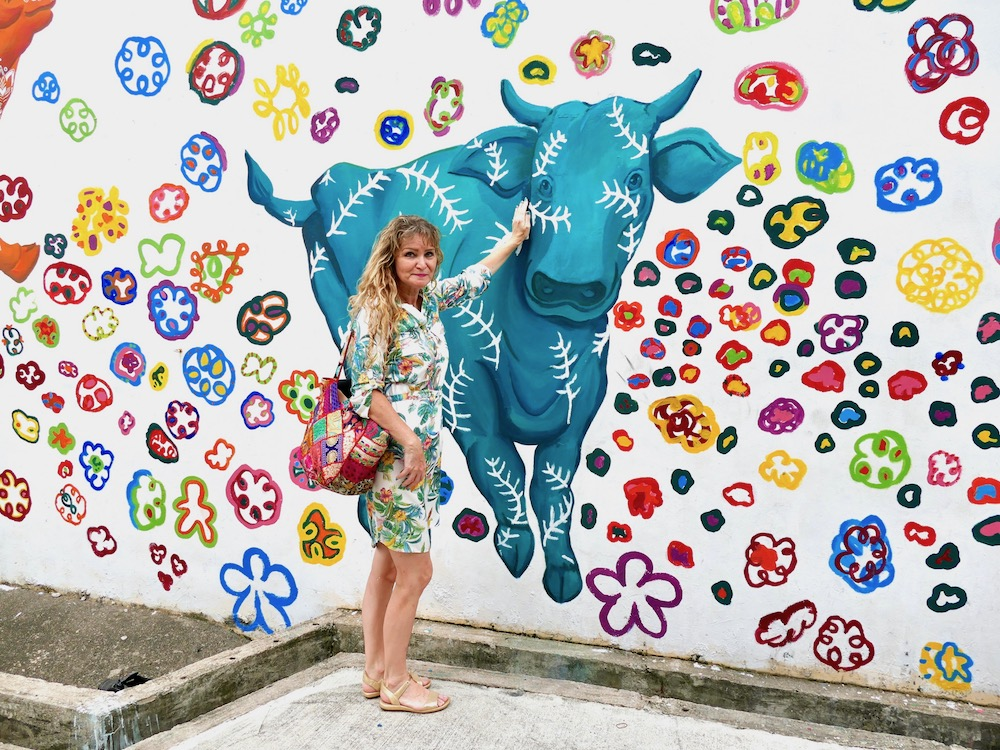 Caressing a cow2 mural in Little India Singapore |curlytraveller.com