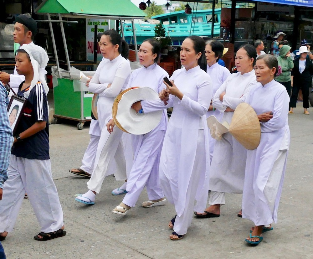 Mourning people in funeral procession in Duong Dong |curlytraveller.com