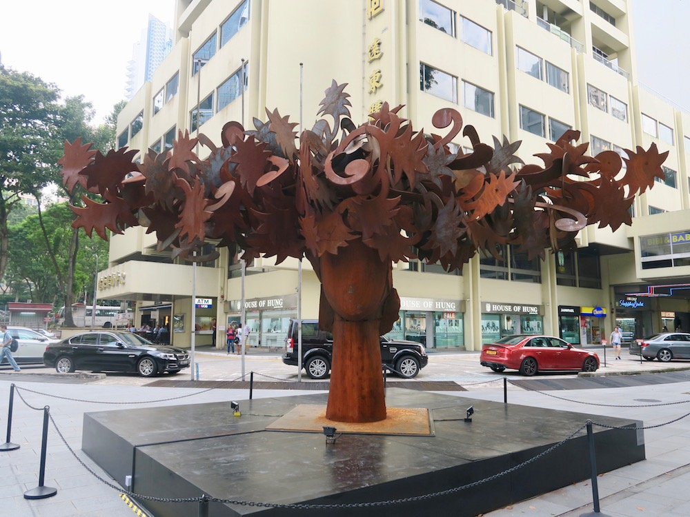 Metal sculpture by Manolo Valdes along Orchard Road |curlytraveller.com