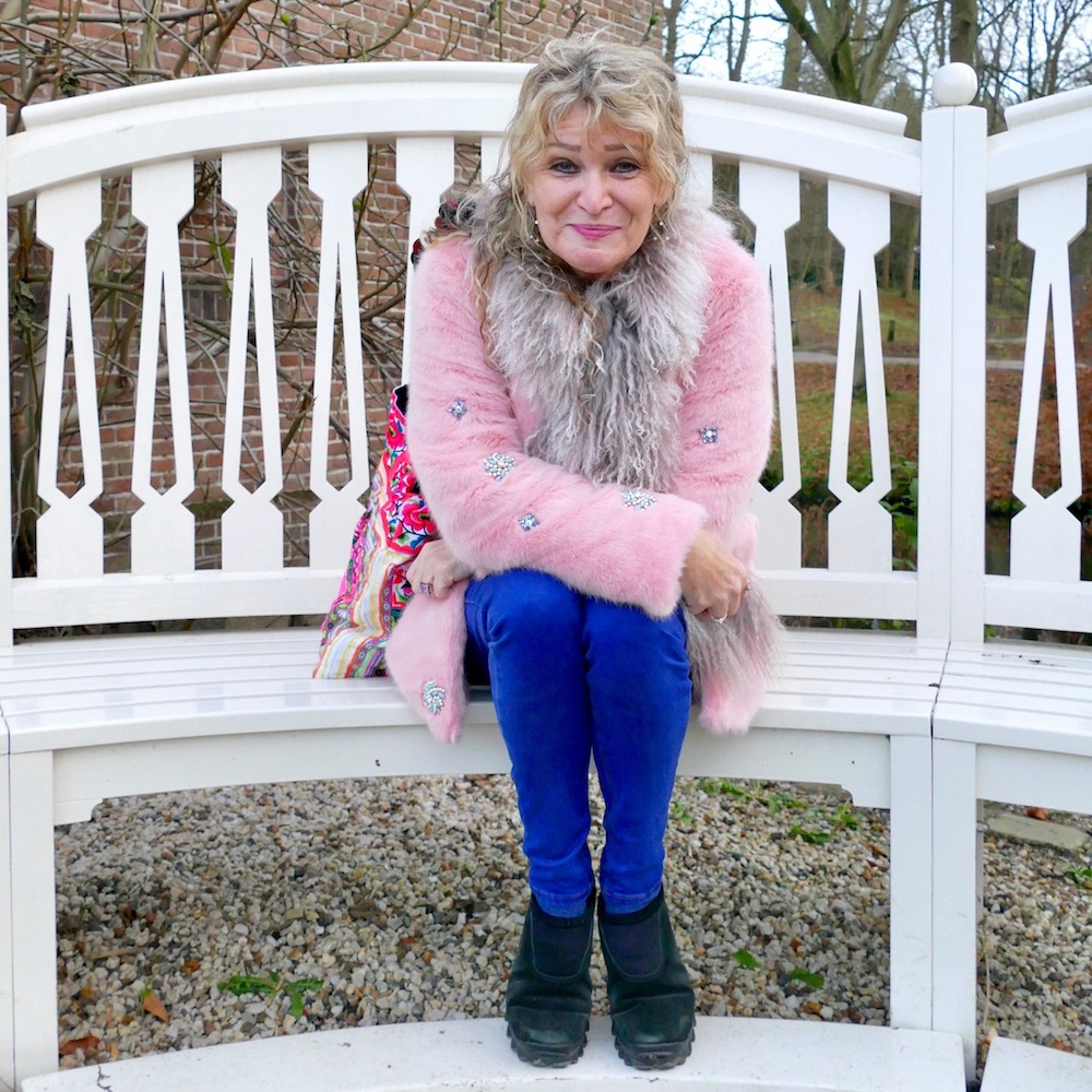 Woman on a bench in Elswout park Overveen |curlytraveller.com