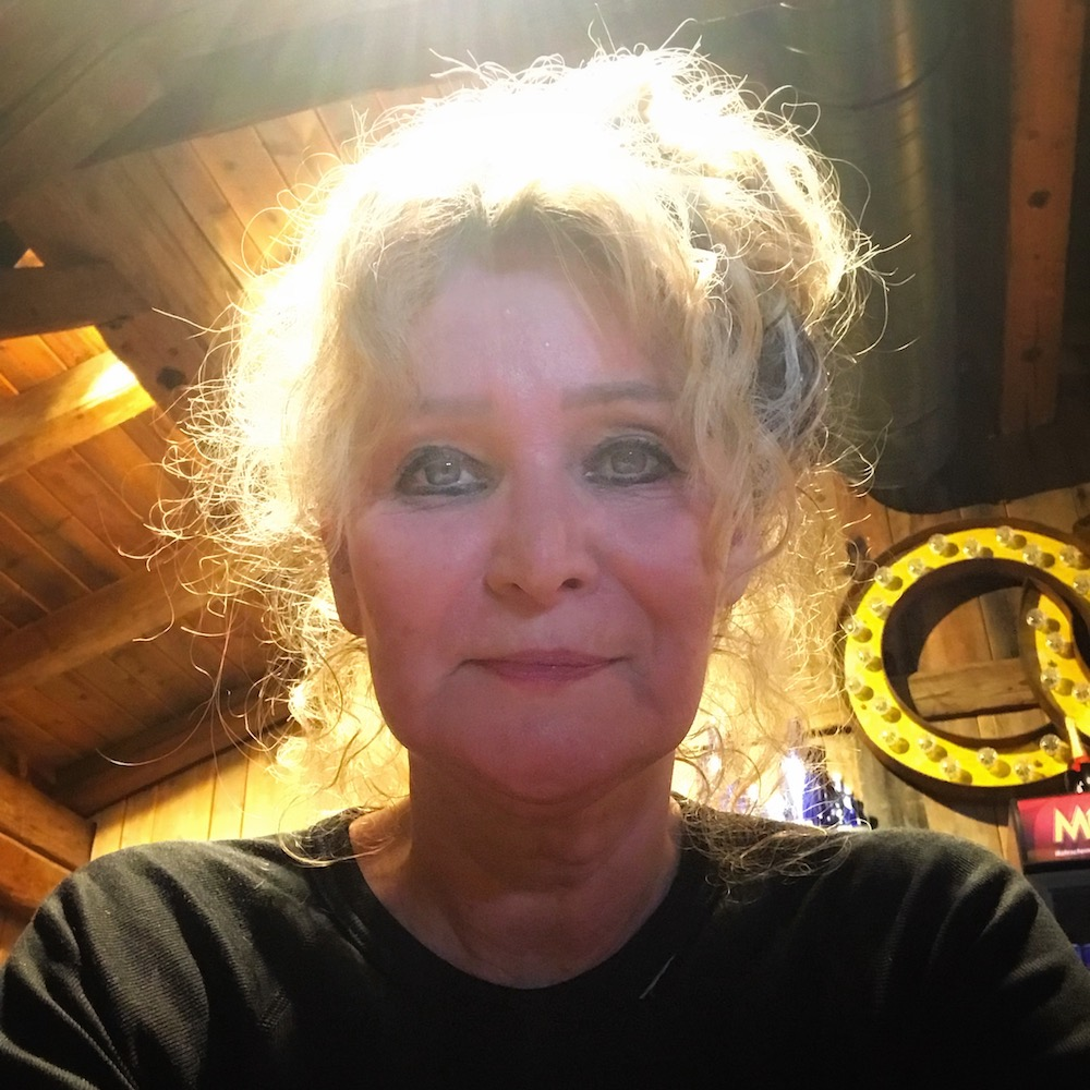 Woman with red face in a bar  curlytraveller.com