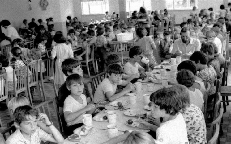 Zdj: Dzieci na kolonii letniej, 1982 r. Autor: Aleksander Jałosiński; Źródło: nowahistoria.interia.pl