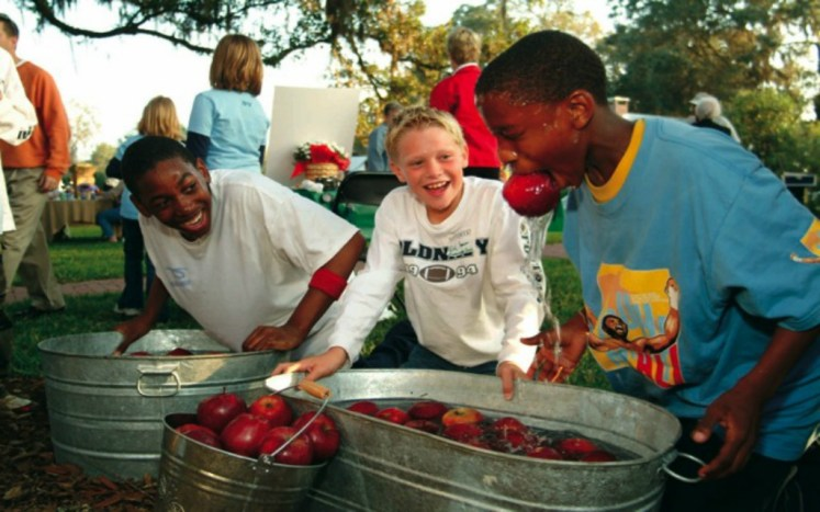 Zabawa apple bobbing w czasie imprez Halloween, źródło zdjęcia: www.southwood.me