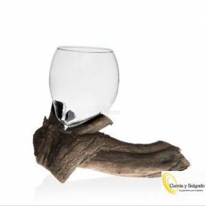 Vasos chupito borosilicato modelo rama medida 20x20x15 cm. Este vaso chupito de borosilicato esta encajado en una rama, tronco como si fuera su bandeja. El borosilicato:https://es.wikipedia.org/wiki/Vidrio_borosilicatado Este tipo de modelos exclusivos son ideales para presentaciones de whiskys, destilados o cócteles. Su vaso fino se encaja en uno de sus nudos aportándole estabilidad para su transporte. Los vasos suelen pedirse por recambio ya que es lo único que se fractura, pídenos información para este tipo de reposición. El vaso de chupito rama esta fabricado en material del vaso es borosilicato. Este material aguanta temperaturas extremas de calor, como frío así puede aguante bien el trabajo en nitrógeno. Perfecto para de gustaciones mini o mini postres. Puede utilizar presentaciones espectaculares conco2,o cualquier idea del chef. La base de madera es especial y tratada para todo tipo de restauración. Plazo de entrega según pedido, es conveniente informarse. Nuestra fabricación se hace sobre pedido, consúltenos el plazo de entrega.