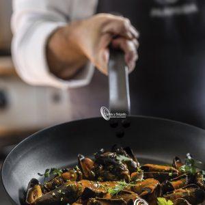 Sartenes antiadherentes aluminio especial tres capas varias medidas. Diseñadas para los chef más exigentes con sus tres capas de aluminio, perfectas para uso diario. Aptas para todo tipo de cocinas, menos inducción, puede preguntarnos por las de inducción. Su grosor es perfecto, ya que calientan rápido para este tipo de cocinas. Garantiza una cocción uniforme de los alimentos además de un ahorro importante en el uso de energía. Recubrimiento antiadherente tres capas de gran calidad y ecológico. Hay muchas medidas, aunque vendemos las mas utilizadas, para otras medidas le informamos. Presente revueltos, unos espárragos verdes o unos trozos de carne, todo lo que quiera el chef. Libre de PFOA:https://es.wikipedia.org/wiki/%C3%81cido_perfluorooctanoico Preparado para un uso intensivo, son ligeras, manejables y fáciles de limpiar. Una virtud de este producto es que se pueden apilar, validad para el lavavajillas. El único problema, es que es no se puede tocar metal con la superficie, se rallaría poco a poco perdiendo su capa de revestimiento. Plazo de entrega inmediato en península, para otros destinos, le informamos. Puede registrarse, para descargar los catálogos.